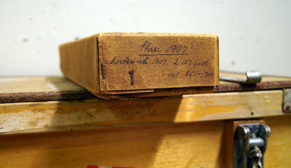 Pappeske med handskrift: «Skrei 1907, Mortsund i Lofoten».