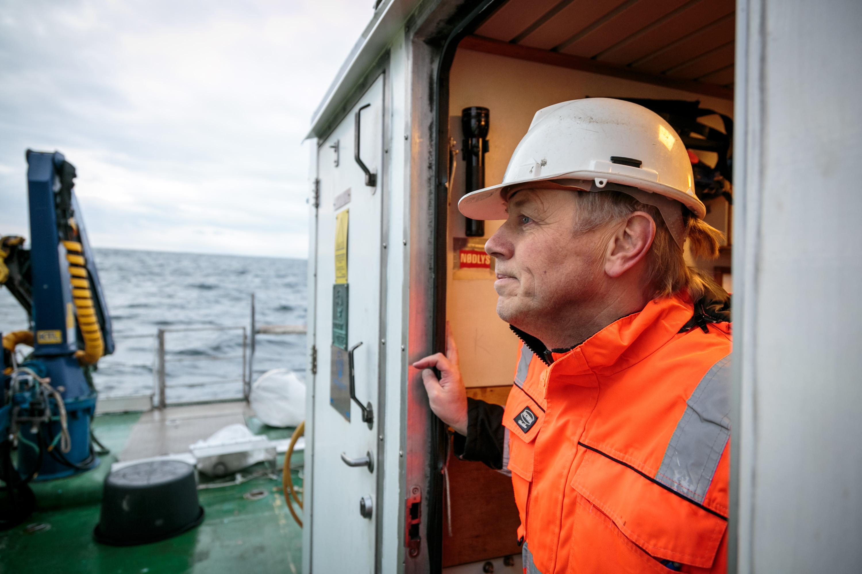 Bjørn Einar Grøsvik i profil på forskingsfartøy, hav i bakgrunnen.3
